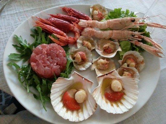rosa dei venti: Ottimo antipasto di pesce cotto e tartare di tonno.