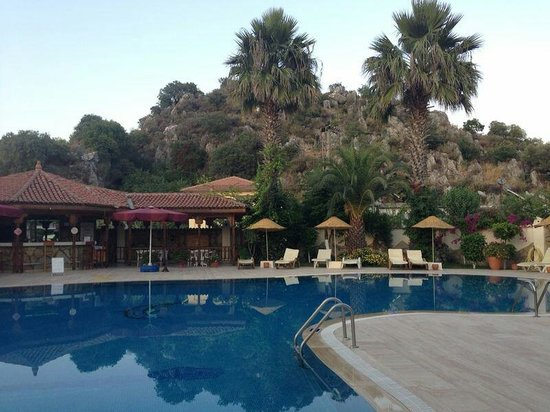 Hotel Asur /Assyrian Hotel: Pool in the evening