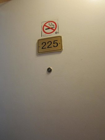 Econo Lodge: The 'deceiving' non-smoking sign