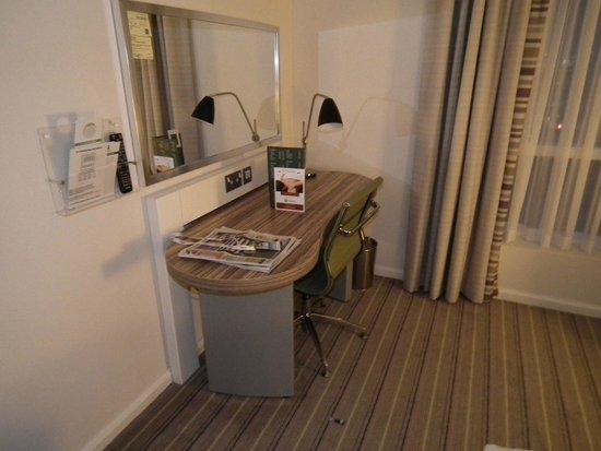 Holiday Inn London - Stratford City: desk area