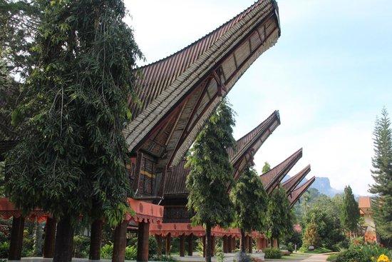 Toraja Misiliana Hotel: maisons toraja dans le parc de l'hôtel