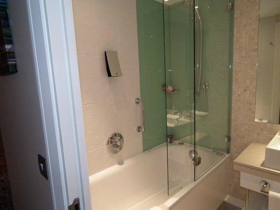 Holiday Inn London - Stratford City: Clean bathroom