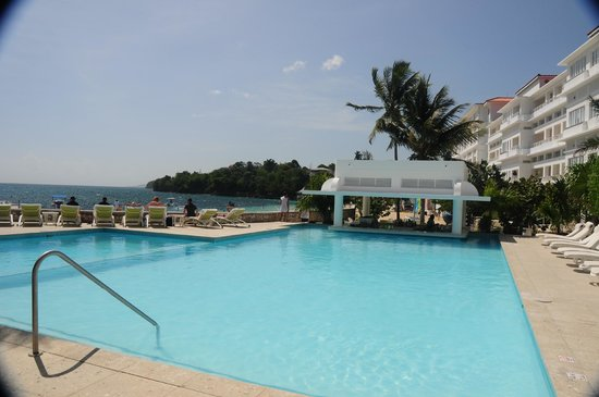 The Swim Up Bar Area At S Tower Isle