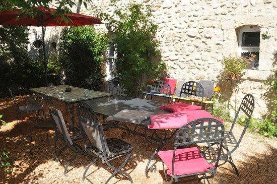 La Colombiere du Chateau : The outdoor breakfast area.