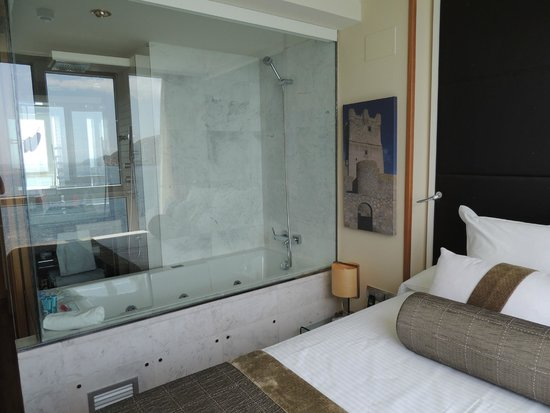 Villa Venecia Hotel Boutique: Bath! There is an electronic privacy screen if you need.