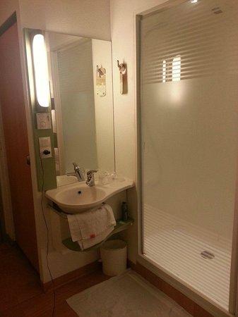 Ibis Budget Villemomble : Le coin lavabo + douche