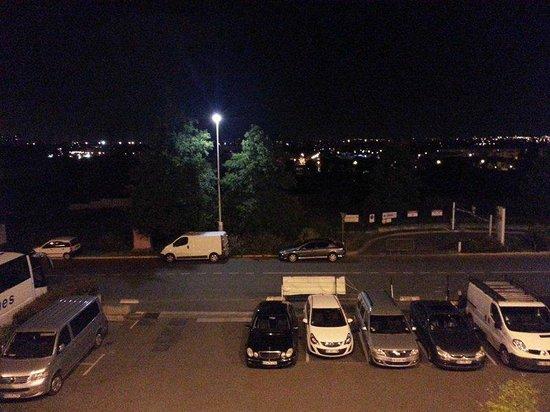 Ibis Budget Villemomble : Le parking, et l'entrée de la déchetterie en face de l'hôtel