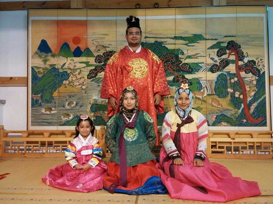 Insa-dong: Great place to rent korean traditional costume! The colour is vibrant and the clothes are pretty