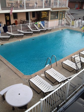 Belmont Motel: Pool from 2nd floor