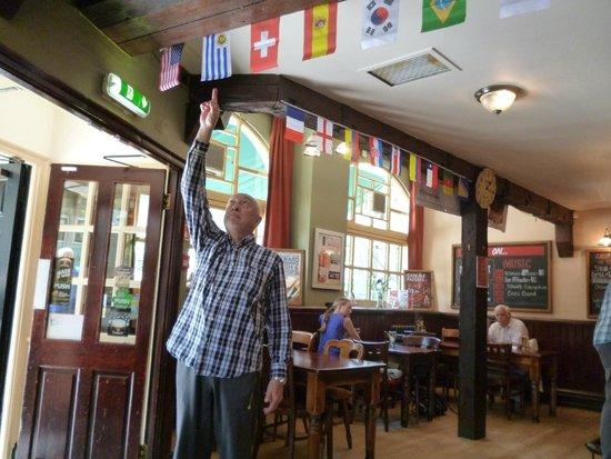 No 2 Baker Street: Señalando la bandera.