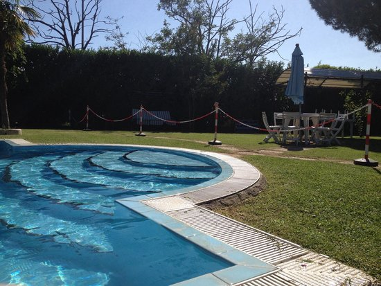 Giardino con piscina picture of villaggio azzurro rome - B b con piscina ...