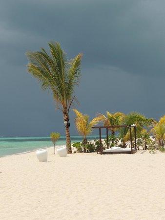 Beachcomber Paradis Hotel & Golf Club: Ominous sky followed by an amazing storm!