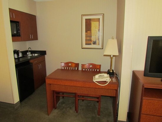 La Quinta Inn & Suites Newark - Elkton: Little kitchen and desk/work table