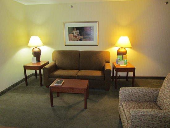 La Quinta Inn & Suites Newark - Elkton: Living room in the King room