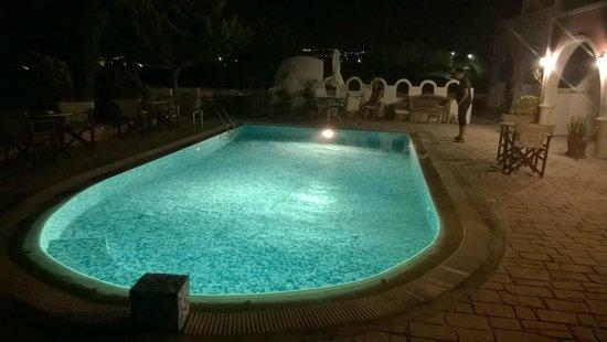 Koronios Villa: zona piscina à noite