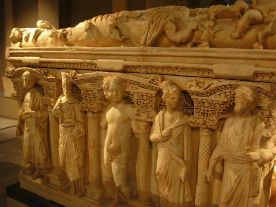 Istanbul Archaeological Museums: саркофаг, вид сбоку