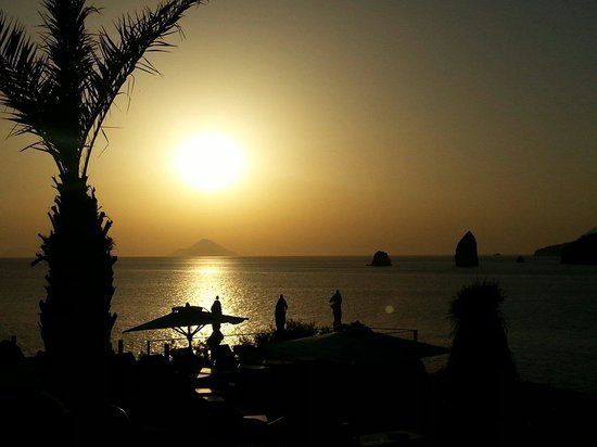 """Therasia Resort: Tramonto dal ristorante """"Il cappero"""""""