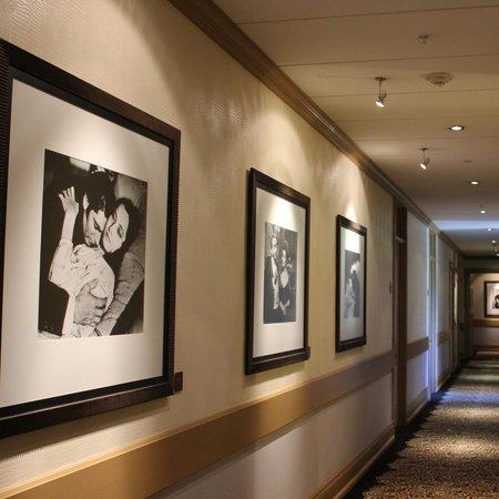 Hotel deLuxe: the hallway
