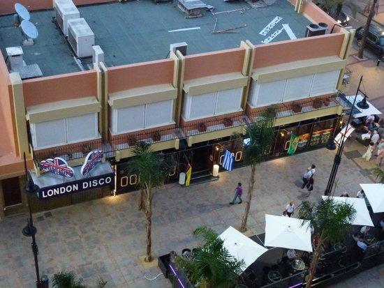 Hotel Las Palmeras: Noisy bars below balcony