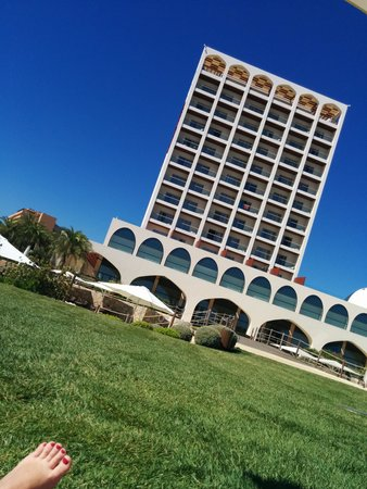 Crowne Plaza Vilamoura - Algarve: View of hotel from garden