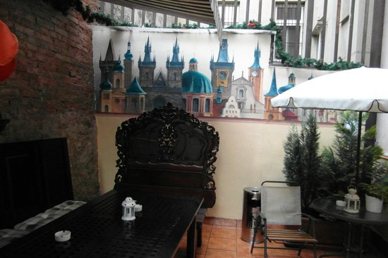 King Charles Boutique Hotel Residence: дворик