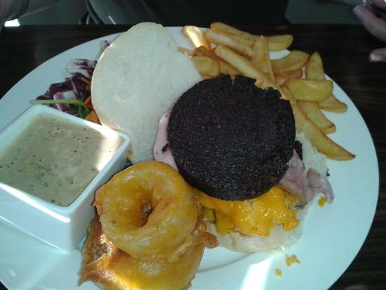 Borve Country House Hotel: Burger with black pudding, onion rings and pepper sauce!