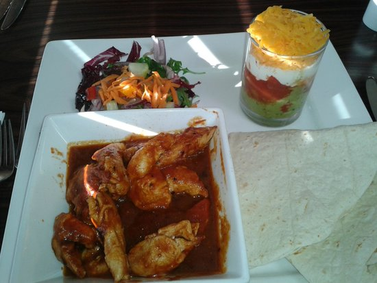 Borve Country House Hotel: Chicken fajitas with 'shot'