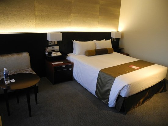 Keio Plaza Hotel Tokyo: The Queen bed looks a bit small to me...