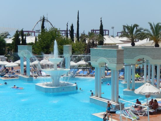 Pegasos World Hotel: De andere kant van het zwembad