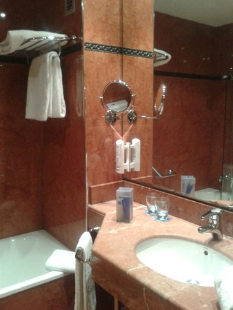 Tryp Valencia Oceanic Hotel : baño