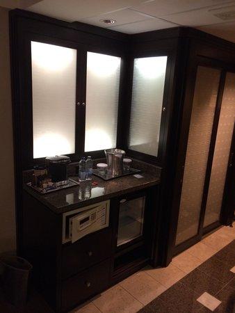 Hotel Bonaventure Montreal : Empty fridge and coffee maker