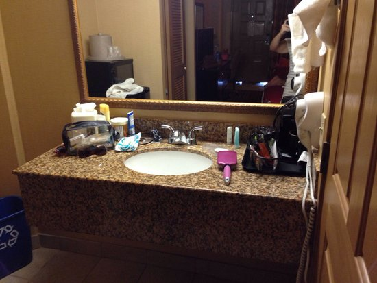 Clarion Hotel National City San Diego South : Pretty vanity. Wish there were more toiletries for 3 ppl!