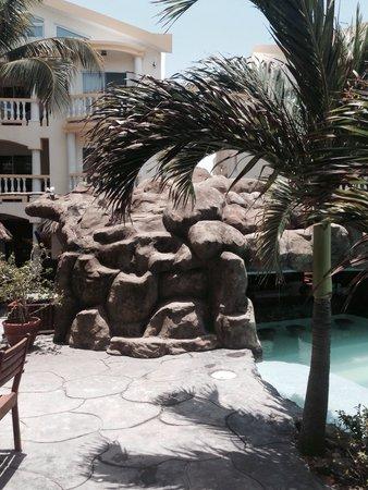 Pelican Reef Villas Resort: The pool side of the bar