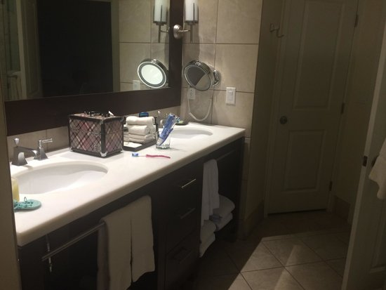 The Westin Kierland Villas: Dual sinks in bathroom 7403
