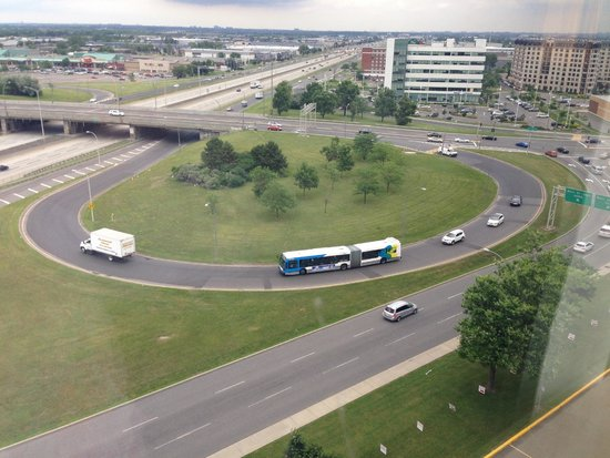 Holiday Inn Pointe Claire Montreal Airport : The TransCanadian Highway infront of the hotel