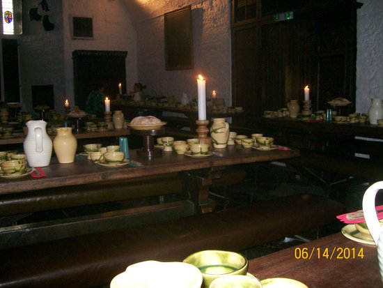 Bunratty Castle Medieval Banquet: Tableware, beautiful!