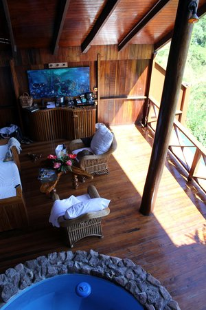 Ladera Resort : Living area viewed from mezanine - room J