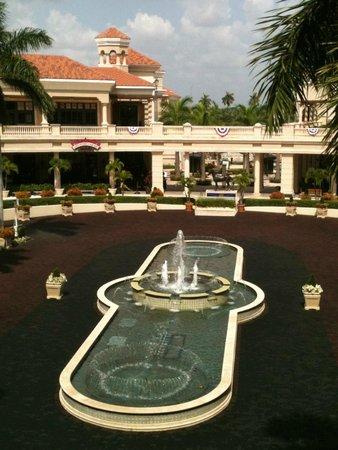 Yard House: Gulfstream fountain