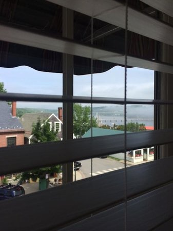 Belfast Bay Inn: Suite, upper floor view out to main street