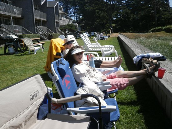 Schooner's Cove Inn: Huge lawn + BBQs + longe chairs to watch ocean sunsets