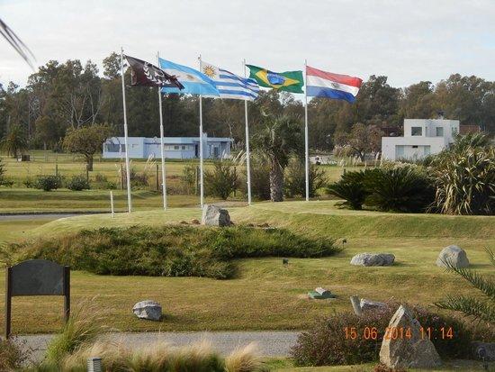 Sheraton Colonia Golf & Spa Resort: Vista entrada a hotel y cocheras