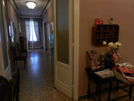 Hotel Joli: Corridoio verso la sala colazione