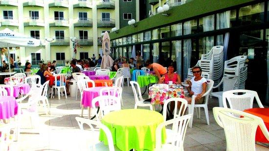 Topaz Hotel: Breakfast by the pool