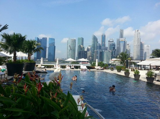 Mandarin Oriental, Singapore: View from pool deck --- not too bad.