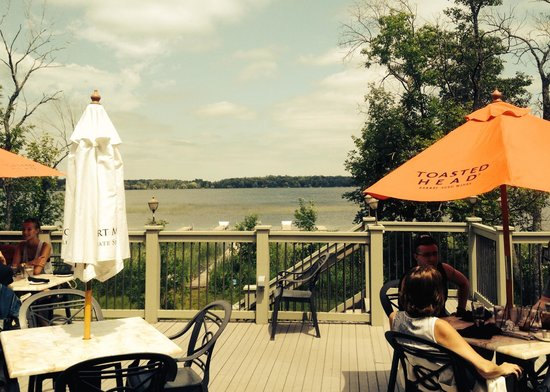 Iven's on the Bay: Patio overlooking the bay