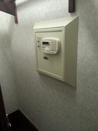 Dynasty Suites Redlands: In room safe