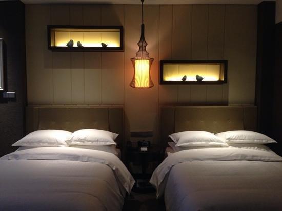 Sheraton Shanghai Waigaoqiao Hotel : Double beds and pretty lighted shelves
