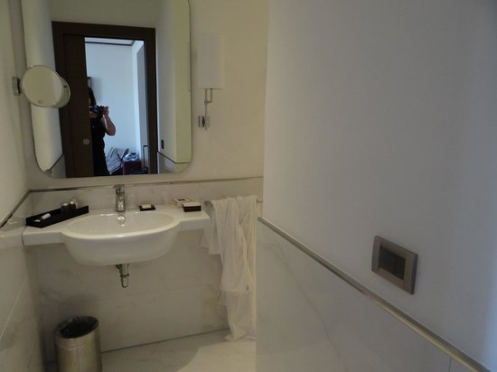 The Independent Hotel: Spacious Bathroom very clean