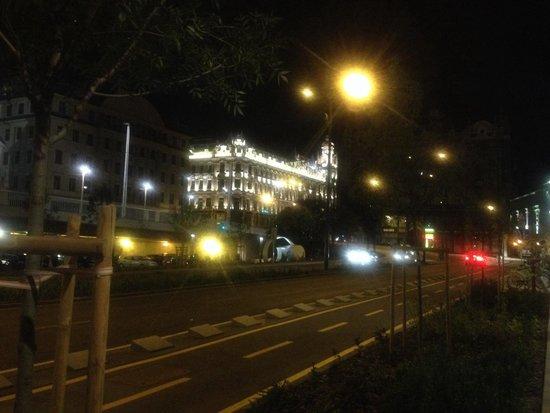 Buddha-Bar Hotel Budapest Klotild Palace: Esterno, vista dal ponte Elisabetta