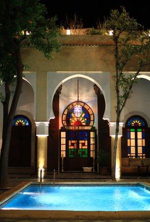 Riad Maison Bleue : 夜の中庭